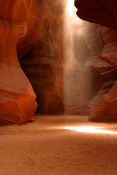 Atrakcją kanionu są snopy światła słonecznego...